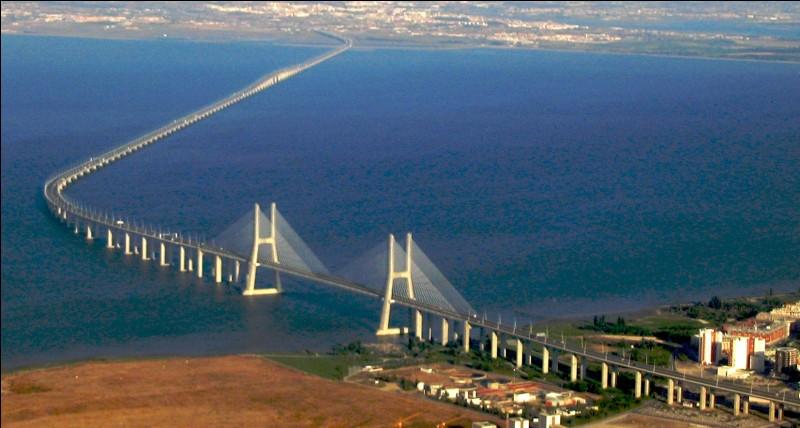 Ce viaduc, long de 17 km, qui franchit l'estuaire du Tage est le plus long pont d'Europe : quel est son nom ?