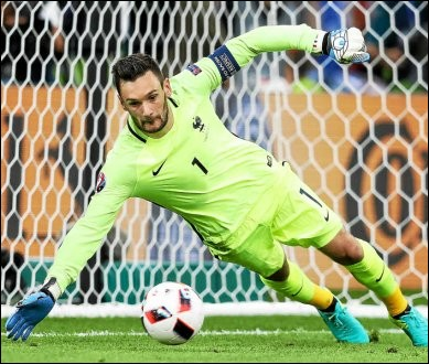 Il est le gardien de l'équipe de France :
