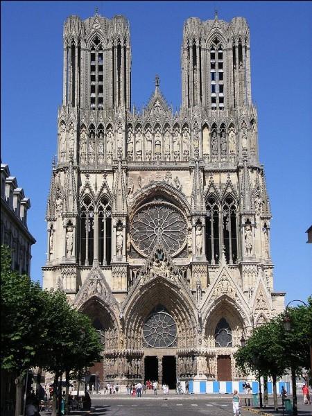 Clovis a été baptisé par saint Rémi dans cette cathédrale gothique. Dans quelle ville peut-on la visiter et admirer ses 2303 statues ?