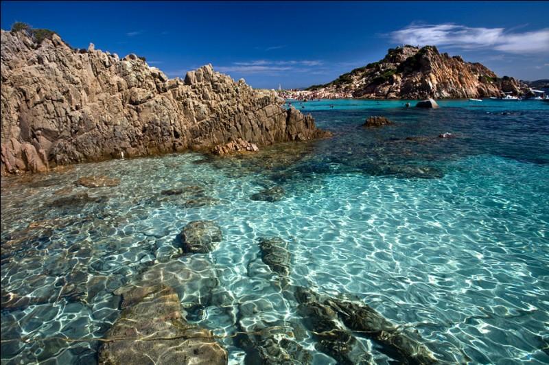 Cette destination fait aussi rêver, avec l'archipel de la Maddalena, sans oublier les grottes de Neptune, et le plaisir d'arpenter les rues de Cagliari, ou de découvrir les ânes albinos du Parc national de l'Asinara !