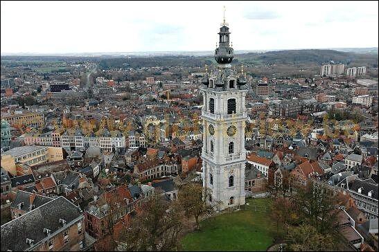 """C'est depuis la prison de Mons en Belgique où il était incarcéré qu'il a écrit les vers """"Le ciel est par-dessus le toit, si bleu, si calme, un arbre par-dessus le toit berce sa palme"""" :"""