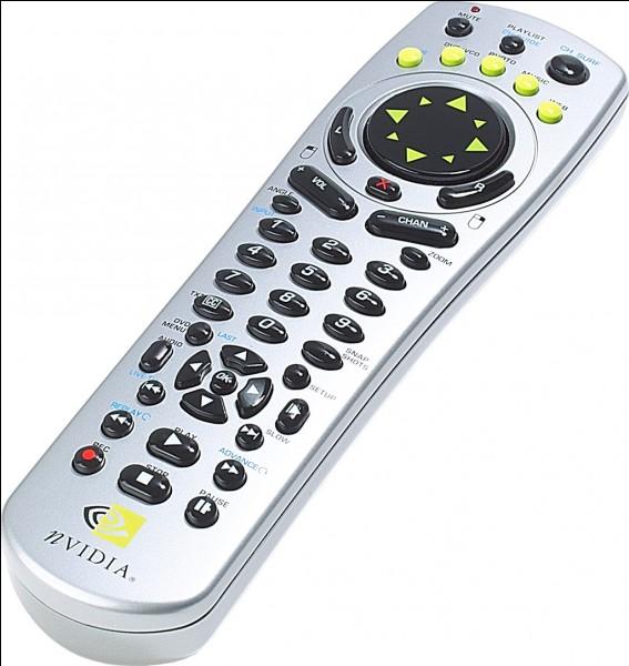Dans un épisode, une télécommande est jetée, par qui ?