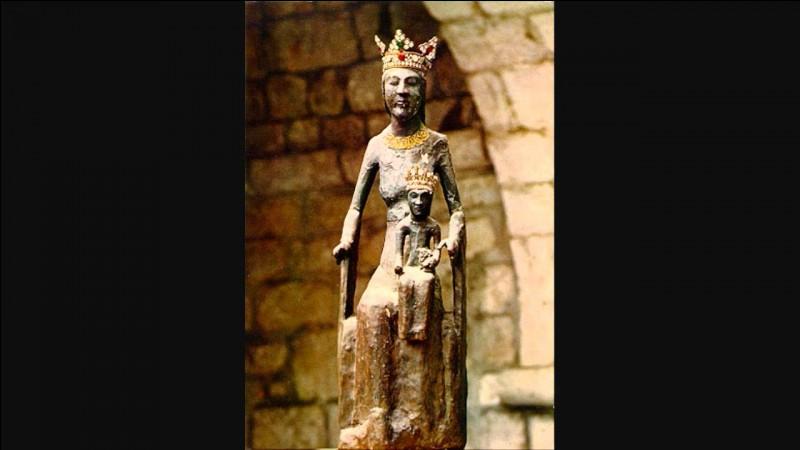 A quoi la Vierge noire de Rocamadour doit-elle son nom ?