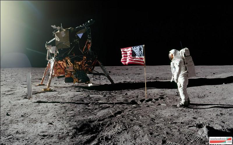 """Les hommes ont réussi à """"atteindre"""" la Lune."""