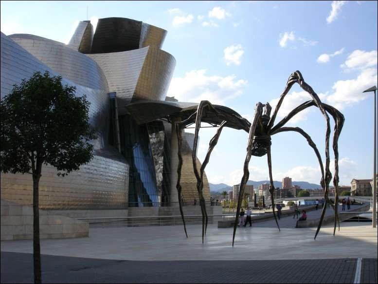 Où se trouve cette gigantesque sculpture sur pattes créée par Louise Bourgeois ?