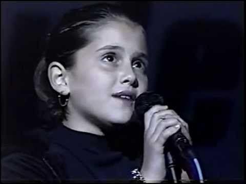 À quel âge Ariana a-t-elle chanté l'hymne américain lors d'un match de hockey de son équipe préférée ?