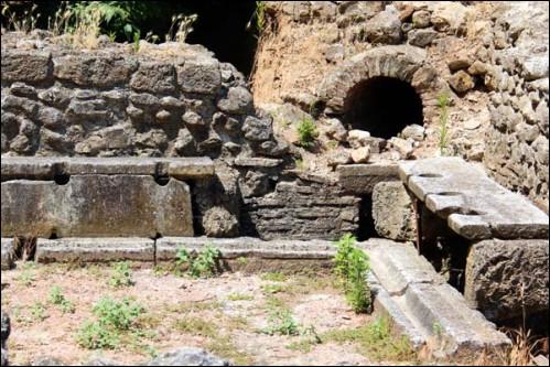 C'est dans la cité de Dion que l'on découvre les plus anciennes latrines de Grèce, datant du Ve s. avant notre ère. Mais à quel dieu était consacrée cette ville ?