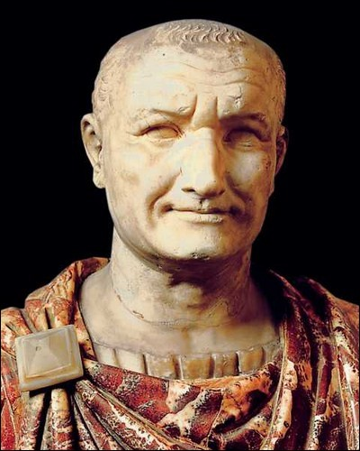 Malgré son sourire, l'empereur Vespasien était plus Sévère que Commode : il fit une trouvaille qui pourrait encore - et hélas - inspirer nos politiciens actuels. Laquelle ?
