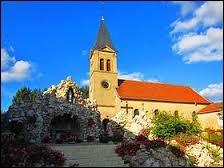 Voici l'église Saint-Georges de Narbéfontaine. Commune Mosellane, elle se situe dans la nouvelle région ...