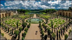 Dans quel bâtiment les rois Louis XIV, Louis XV et Louis XVI ont-ils résidé ?