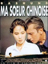 """Revenant en Chine un an après la mort de Mao Tsé-Toung, Robert Chantegris (Alain Bashung) fait la connaissance de la mystérieuse """"Lune d'automne"""", acrobate. C'est le début de l'histoire de ce film d'Alain Mazars « Ma sœur chinoise ». En quelle année l'intrigue de ce film se situe-t-elle ?"""