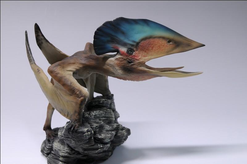 Quel reptile volant représente cette figurine ?