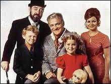 Comment s'intitule cette série apparue à la fin des années 60, où un riche célibataire se voit confier la garde de membres de sa famille, suite au décès de leurs parents ?