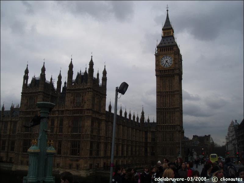 Big Ben est installé dans la Tour de l'Horloge (Clock Tower) du Palais de Westminster, le siège du parlement britannique (Houses of Parliament).