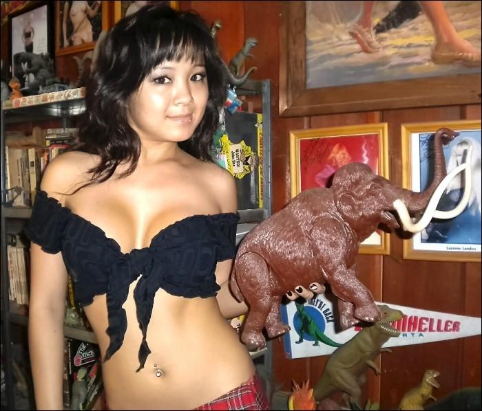 La figurine que nous présente cette fille montre...
