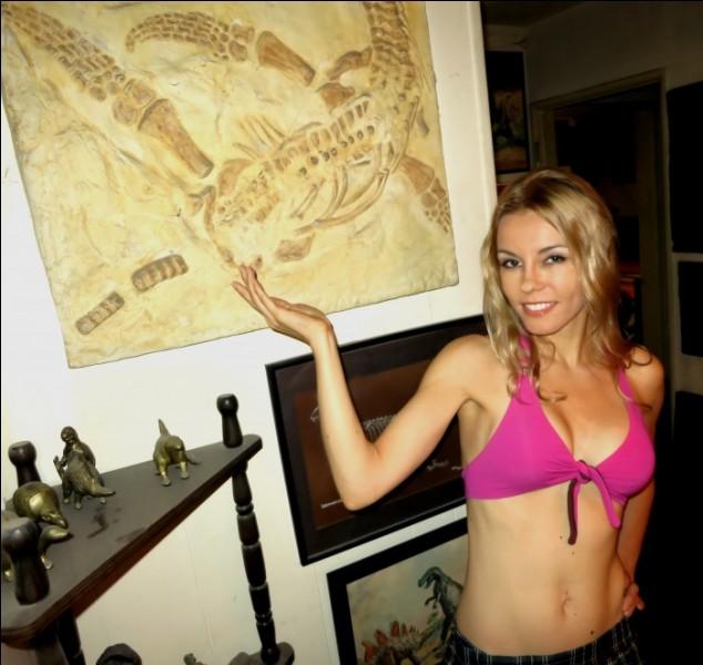 À quelle espèce appartient le fossile que montre cette fille ?