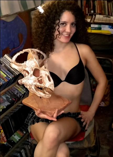 À quelle espèce appartient le crâne tenu par cette fille ?