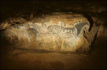 Où se trouve cette grotte ornée de peintures rupestres, découverte en 1922 ?
