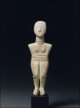 Cette statuette féminine est représentative de l'art préhistorique, datée de 2800 et 2300 av. J.-C., qui se développa dans la mer Égée. Quel adjectif accole-t-on à ce type d'idole ?