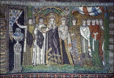 L'impératrice et sa suite évoluent dans un décor somptueux ; tous sont richement vêtus. Magnifique travail des mosaïstes pour rendre impérissable la mémoire du raffinement byzantin. Quel est le nom de cette danseuse devenue souveraine ?