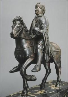 Quel détail indique précisément que le cavalier est un souverain ?