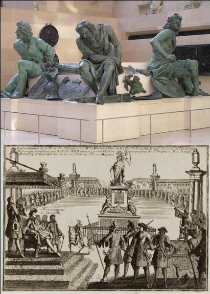 Allons « place de la Victoire » !« Appelez la police ! Quatre « prisonniers » se sont échappés de cette place, Louis XIV ne sera pas content ! »Ces personnages sont en réalité des statues ! Mais la statue du roi Louis XIV a été détruite pendant la Révolution, en 1792.Connaissez-vous l'origine de ces quatre statues ? Ce sont des représentations…