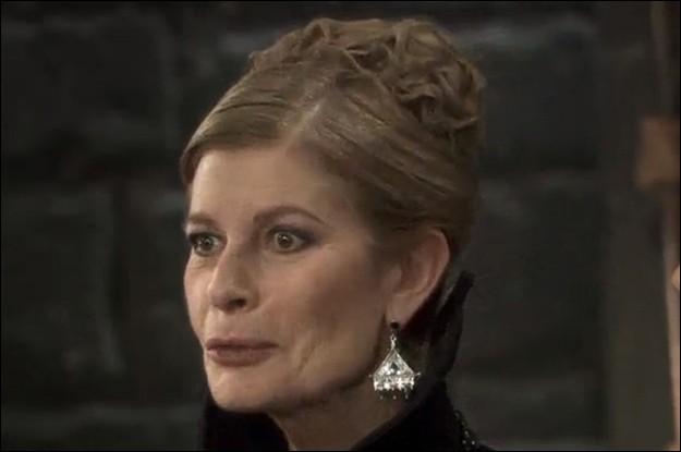 Par quelle insulte Arthur s'adresse-t-il à sa tante dans un épisode où sa mère lui ordonne de venir à Tintagel pour la fête de l'hiver ?