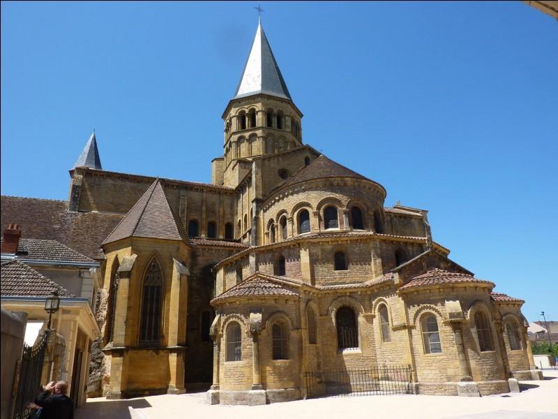 "Quel monastère fondé en 973 fut le ""Versailles"" des grands abbés de Cluny ?"