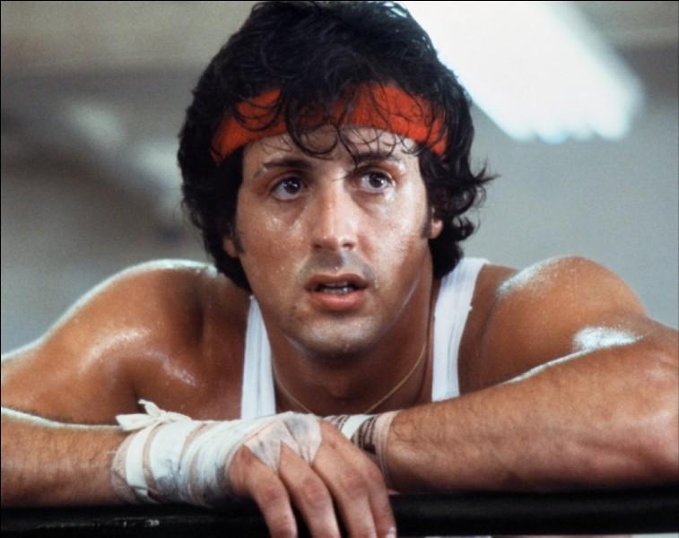 Dans le début du film, pour qui Rocky travaille-t-il ?