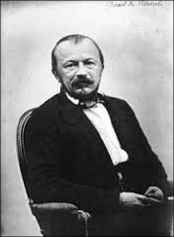 """Gérard Labrunie, dit Gérard de Nerval, voit le jour à Paris, le 22 mai 1808. Écrivain et poète, il laisse à la postérité des œuvres tels que : """"Voyage en Orient"""", en 1851, ou """"Les Filles du feu"""", en 1854. Inhumé, en 1855, dans la division n°49, il meurt tragiquement en se suicidant le 26 janvier de cette même année, comment ?"""