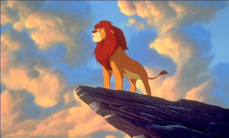 Comment se nomme le roi Lion qui sera trahi par par son frère Scar ?