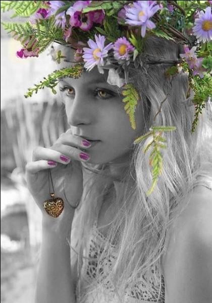 Dans la Rome antique, on lui dédiait 5 jours de fête, en avril, on dit parfois, à tort, qu'elle est la déesse du printemps, mais en tout cas, c'est celle des fleurs !