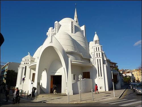 Dans quelle ville des Alpes-Maritimes peut-on admirer cette église réputée pour son architecture originale ?