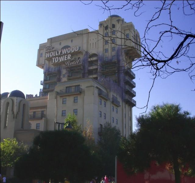 À la tour de la Terreur, qu'est-il écrit sur le panneau ?