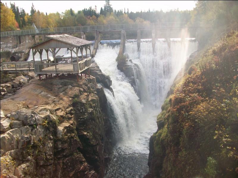 Quel nom porte ce cours d'eau tumultueux, affluent de la rivière Saguenay, formant un impressionnant canyon ?