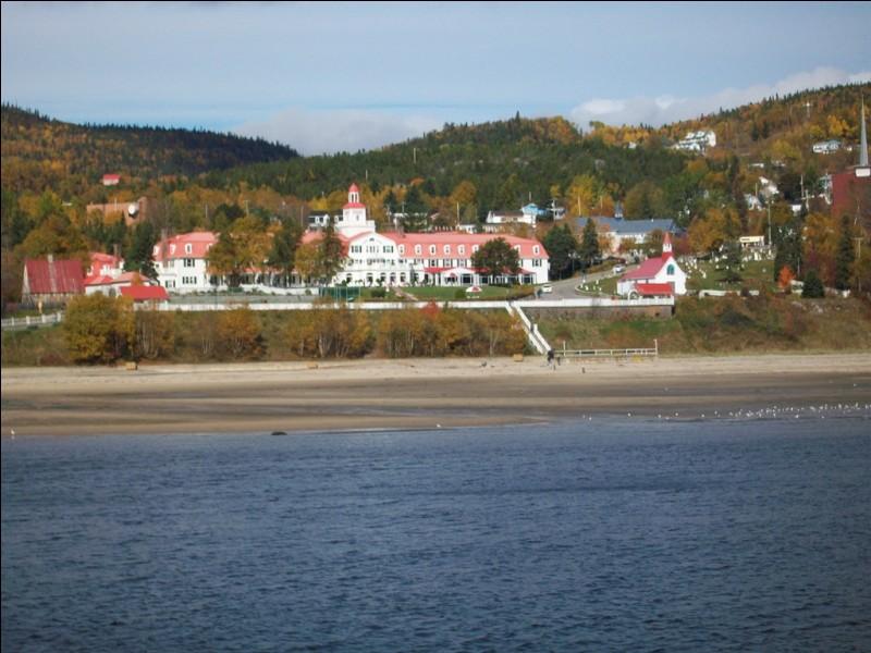 Quel est ce village très touristique situé au confluent de la rivière Saguenay et du fleuve Saint-Laurent ?