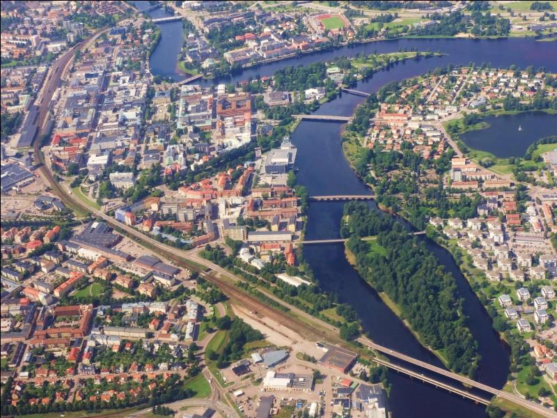 Passons à quelques villes un peu moins peuplées. Karlstad est une ville de 60 000 habitants, au bord du lac Vänern.. Dans quel pays se trouve-t-elle ?