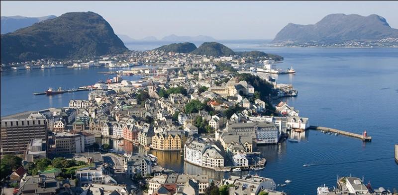 Ålesund est une ville portuaire de 45 000 habitants, située sur un archipel. Dans quel pays se trouve-t-elle ?