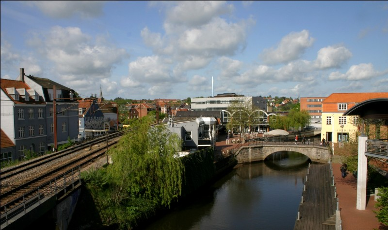 Kolding est une ville portuaire de 55 000 habitants, sur le croisement des principaux axes de communication du pays. Dans quel pays se trouve-t-elle ?