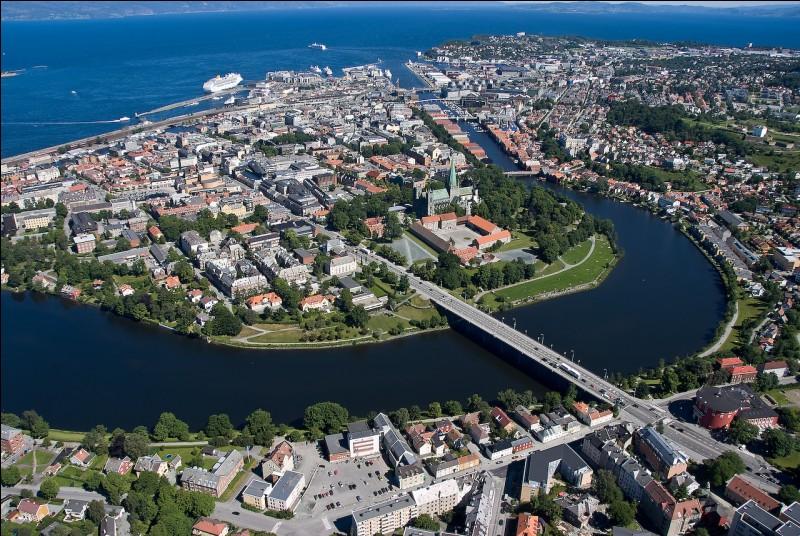 Trondheim est une importante ville de 150 000 habitants. Dans quel pays se trouve-t-elle ?