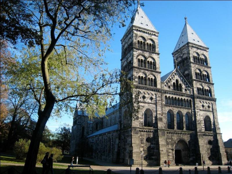Lund est une ville de 100 000 habitants qui possède une cathédrale et une importante université. Dans quel pays se trouve-t-elle ?