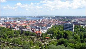 Aalborg, avec 125 000 habitants, est bordée par un bras de mer, le Limfjorden. Dans quel pays se trouve-t-elle ?