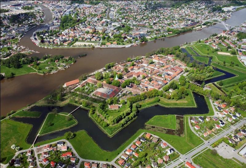 Fredrikstad est une ville portuaire de 100 000 habitants, à l'embouchure du Glomma. Dans quel pays se trouve-t-elle ?