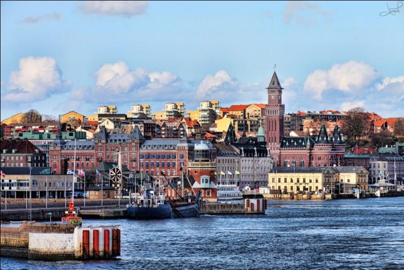 Helsingborg, peuplée de 90 000 habitants, est une ville portuaire sur un emplacement stratégique. Dans quel pays se trouve-t-elle ?