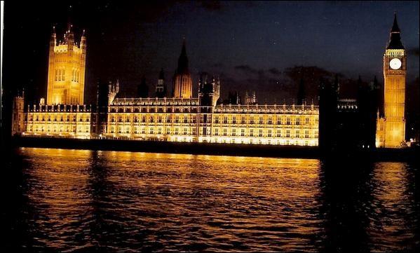 Quel est le nom de l'architecte qui a conçu la célèbre tour Big Ben ?