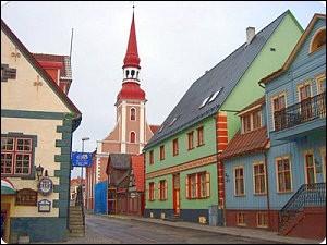 Pärnu, 40 000 habitants, est aussi un centre touristique avec ses restaurants, hôtels et plages. Dans quel pays se trouve cette ville ?