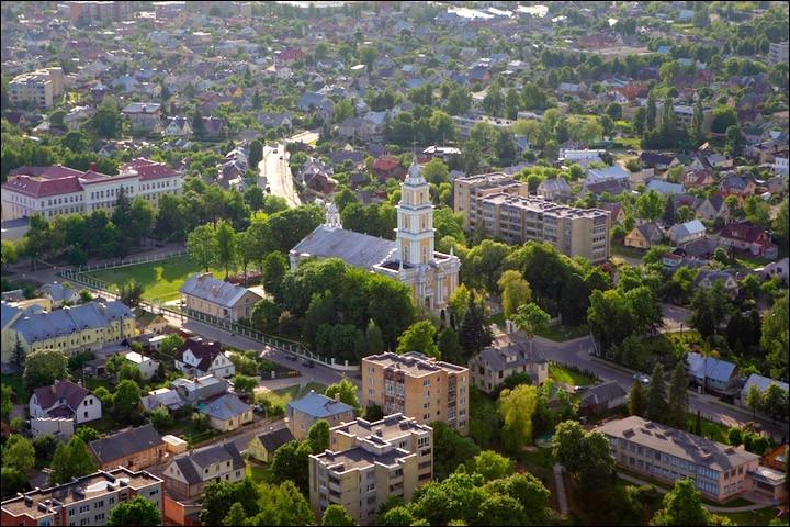 Panevėžys, peuplée de 100 000 habitants, fondée au début du XVIe siècle, se situe sur l'axe qui relie les trois capitales. Dans quel pays se trouve cette ville ?