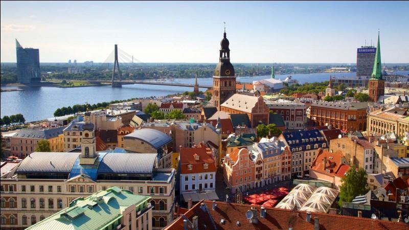 Commençons par les capitales. Riga est la plus grande ville des pays baltes. De quel pays est-elle la capitale ?