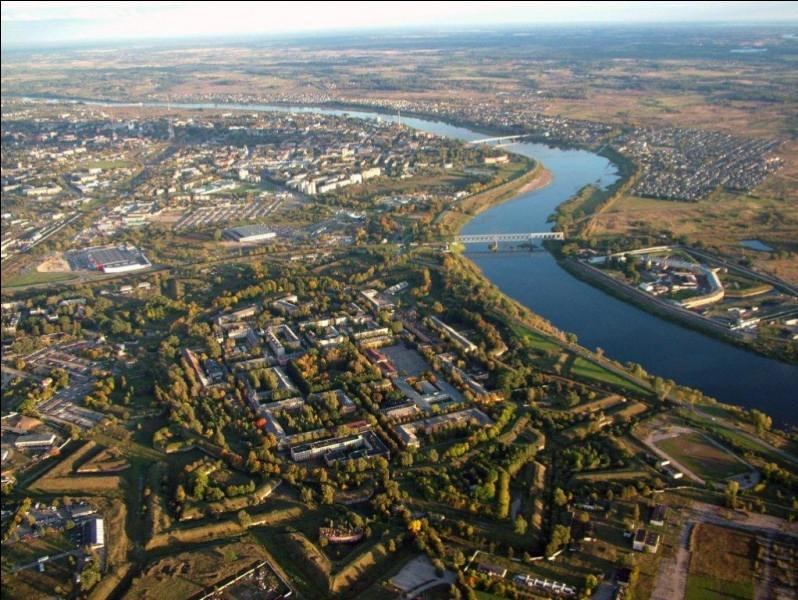 Passons aux autres grandes villes baltes : Daugavpils, l'ancienne Dünaburg, compte 100 000 habitants. Elle est la seconde ville du pays. Où se trouve-t-elle ?