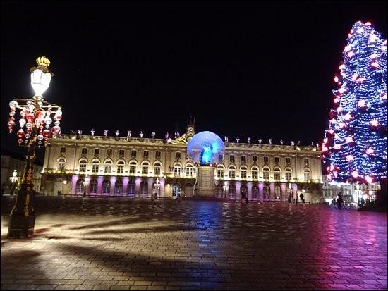 Dans quelle ville peut-on admirer l'hôtel de ville édifié Place Stanislas ?
